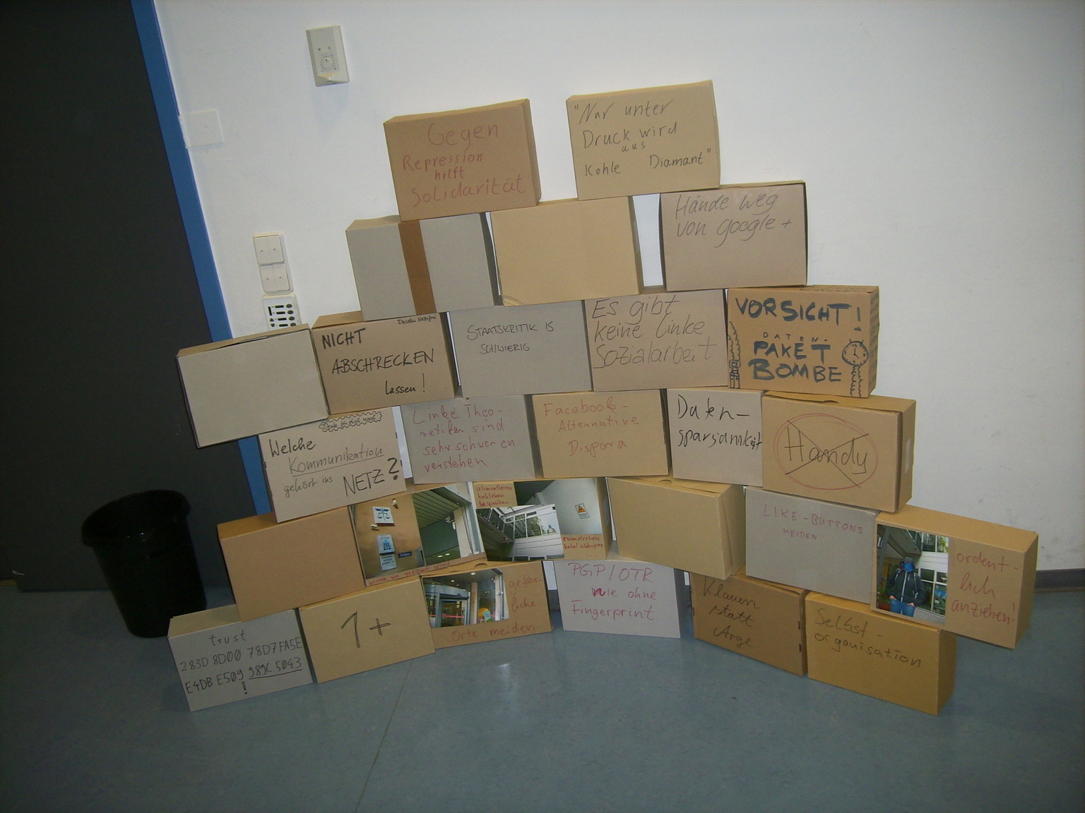 Karton-Wand